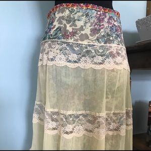 Beautiful tapered flower& lace Free People skirt